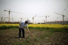 Shanghaï, immeubles d'habitation en construction. La croissance de l'économie chinoise devrait encore ralentir cette année et être de 6,5%, ce qui serait le rythme le moins soutenu depuis 1990 et une évolution susceptible de conduire les autorités monétaires à prendre de nouvelles mesures de soutien à l'activité. /Photo prise le 21 mars 2016/REUTERS/Aly Song