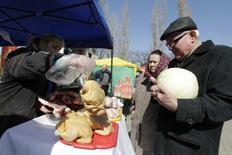 Продовольственный рынок в Ставрополе. 14 марта 2015 года. Годовая инфляция вРоссии в апреле 2016 года нафоне низкой базы сравнения будет находиться вблизи сложившегося уровня 7,3 процента, вмае-июне она может временно возрасти и потом при отсутствии новых шоков ее снижение может возобновиться, говорится в комментарии ЦБР. REUTERS/Eduard Korniyenko
