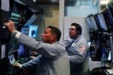 Трейдеры на фондовой бирже в Нью-Йорке. 12 апреля 2016 года. Уолл-стрит выросла в среду, так как сезон отчетности для банковского сектора стартовал на высокой ноте на фоне превысившей ожидания прибыли JPMorgan, а также благодаря оптимистичным торговым данным из Китая, укрепившим надежды на то, что вторая по величине в мире экономика начала восстанавливаться. REUTERS/Lucas Jackson