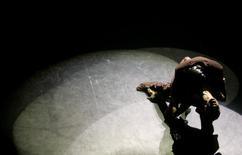 Imagen de archivo de una pareja bailando tango en el teatro Esquina Carlos Gardel en Buenos Aires, ene 29, 2008. El compositor, pianista y director de orquesta de tango argentino Mariano Mores falleció el miércoles a los 98 años, dijeron medios locales.  REUTERS/Marcos Brindicci