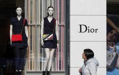 Christian Dior Couture a vu ses ventes stagner à taux de change constants au cours des trois premiers mois de l'année, pénalisé par la baisse des flux touristiques à Paris et dans certains pays d'Asie. Les ventes de la maison de couture du groupe Christian Dior, maison mère de LVMH, ont reculé de 1% à 429 millions d'euros entre le 1er janvier et le 31 mars. /Photo prise le 10 mars 2016/REUTERS/Yves Herman - RTX2943A