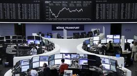 Las bolsas europeas cerraron con una fuerte alza el miércoles, alcanzando máximos de dos semanas tras un incremento de las exportaciones chinas que favoreció a los mercados bursátiles globales, y lideradas por los sectores minero y bancario En la imagen, operadores trabajan en sus mesas delante del índice de precios DAX en la Bolsa de Fráncfort, Alemania, el 12 de abril de 2016.     REUTERS/Staff/Remote