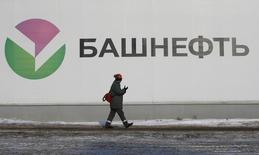 Рабочий идет мимо нефтехранилища на НПЗ Башнефти недалеко от Уфы. Российские власти рассматривают продажу акций Башнефти как на бирже, так и стратегическому инвестору, сообщают российские агентства в среду со ссылкой на министра экономики Алексея Улюкаева. REUTERS/Sergei Karpukhin