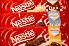 El grupo de alimentos Nestlé confirmó el jueves su pronóstico para todo el año al tiempo que anunció un crecimiento de las ventas de su negocio principal de un 3,9 por ciento en el primer trimestre, mejor que lo esperado, gracias a que la aceleración en el crecimiento de sus volúmenes compensó unos precios más débiles. En la imagen, chocolates de Nestlé en su sede en Vevey, Suiza, el 18 de febrero de 2016. REUTERS/Pierre Albouy