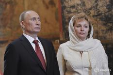 Президент России Владимир Путин (слева) с женой Людмилой в московском Кремле 7 мая 2012 года. Владимир Путин не ответил на вопрос, женился ли он во второй раз после развода с супругой, которая представляла Россию в качестве первой леди более десяти лет. REUTERS/Aleksey Nikolskyi/RIA Novosti/Pool