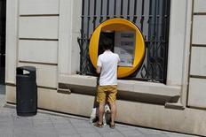 El conjunto de los bancos españoles cerró el año 2015 con un resultado atribuido agregado de 10.389 millones de euros, un 5,6 por ciento más que en 2014, según datos de la patronal del sector presentados el jueves. En la imagen de archivo, un cliente saca dinero en un cajero automático en Sevilla, REUTERS/Marcelo del Pozo