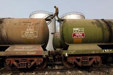 Цистерны на нефтяном терминале на окраине Калькутты 27 ноября 2013 года. Мировые производители нефти вряд ли сократят объём добычи в ближайшие месяцы после предложения о её заморозке на уровнях января, сообщили источники из ОПЕК, позволяя предположить, что дополнительные действия, направленные на поддержку цен, будут приняты нескоро. REUTERS/Rupak De Chowdhuri/Files