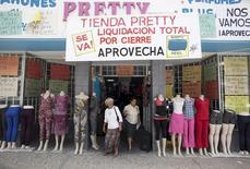 Una tienda con liquidaciones por el cierre del local en Arecibo, Puerto Rico, jun 29, 2015. El pesimismo sobre el crecimiento económico de América Latina aumentó, lo que sugiere que una reciente mejora en la confianza del mercado todavía no ha logrado modificar las perspectivas para una región sofocada por la creciente deuda y la inestabilidad política, reveló el jueves un sondeo de Reuters.  REUTERS/Alvin Baez-Hernandez