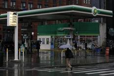 Una gasolinera de BP en Nueva York, feb 3, 2016. El petróleo subía levemente el jueves, en una sesión volátil, mientras el mercado asimilaba un reporte mixto de la Agencia Internacional de Energía (AIE) y ante el escepticismo de que una reunión de importantes productores de crudo en Doha logre avances importantes para reducir el exceso de oferta.  REUTERS/Brendan McDermid