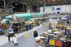 Un avión Boeing 737 MAX, visto durante un tour a los medios en la planta de Boeing en Renton, Washington. 7 de diciembre de 2015. La producción industrial de Estados Unidos cayó más de lo previsto en marzo, en el último indicio de que la expansión económica sufrió un fuerte traspié en el primer trimestre del año. REUTERS/Matt Mills McKnight