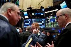 La Bourse de New York a fini en baisse vendredi, affectée par le repli des cours du pétrole et par la faiblesse d'Apple. Le Dow Jones a perdu 0,16%, à 17.897.25. /Photo prise le 12 avril 2016/REUTERS/Lucas Jackson