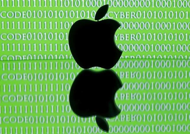米政府が薬物捜査に関連してスマートフォン「iPhone(アイフォーン)」のロック解除をアップルに求めている訴訟で、アップルは、同社の協力が今後も必要であることを政府は示していないと主張した。写真はサラエボで2月撮影(2016年 ロイター/Dado Ruvic/Illustration )