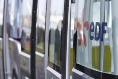 EDF à suivre lundi à la Bourse de Paris. Selon le ministre de l'Economie, Emmanuel Macron, la France mènera à son terme le projet EDF de construction de deux réacteurs nucléaires EPR à Hinkley Point, en Grande-Bretagne. /Photo prise le 17 mars 2016/REUTERS/Stéphane Mahé