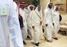 El ministro del petróleo de Arabia Saudita Ali al-Naimi llega a una reunión entre productores de crudo en Doha, Catar, 17 de abril de 2016 Los precios del petróleo se derrumbaban el lunes después de que una reunión de los principales exportadores en Catar culminase sin un acuerdo para congelar la producción, dejando la credibilidad del cártel productor de la OPEP hecha añicos y el mundo inundado de carburante no deseado. REUTERS/Ibraheem Al Omari