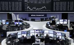 Operadores trabajan en sus mesas delante de una pantalla que muestra el índice de la bolsa alemana en Fráncfort, 15 de abril de 2016. Las bolsas europeas caían a primera hora del lunes, con los valores petroleros protagonizando los descensos, por el desplome del precio del petróleo tras una reunión de exportadores en Doha que culminó sin acuerdo para congelar la producción. REUTERS/Staff/Remote