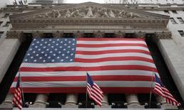 La Bourse de New York a débuté dans le rouge lundi, par la chute des cours du pétrole. Quelques minutes après le début des échanges, le Dow Jones perd 0,2%, à 17.861,37. Le Standard & Poor's 500 recule de 0,29% et le Nasdaq cède 0,39%. /Photo d'archives/REUTERS/Chip East
