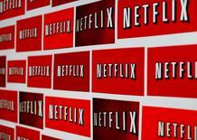 Netflix a fait état de prévisions de nouveaux abonnements pour le trimestre en cours inférieures aux attentes, ce qui a entraîné une chute d'environ 9% de son titre dans les échanges d'après-Bourse. Le spécialiste américain de la vidéo sur internet a dit prévoir 2 millions d'abonnés supplémentaires à l'international au deuxième trimestre les analystes en attendant en moyenne 3,5 millions, selon le cabinet de recherches FactSet StreetAccount. /Photo d'archives/REUTERS/Mike Blake