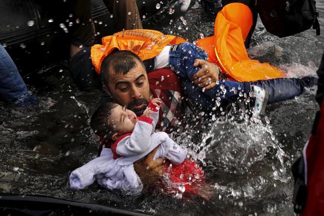 4月18日、米報道業界で最高の栄誉とされ、今年で第100回を迎えたピュリツァー賞。ニュース速報写真部門では、欧州の難民危機を報道したロイターとニューヨーク・タイムズが共同受賞した。写真はトルコからギリシャ・レスヴォス県に辿り着いたシリア人難民親子。昨年9月撮影(2016年 ロイター/Yannis Behrakis)