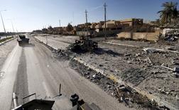 """Военный автомобиль иракских сил безопасности на улице города Эр-Рамади.  США отправят в Ирак дополнительные войска, приблизив их к линии фронта, для консультирования иракских сил в борьбе против боевиков """"Исламского государства"""". REUTERS/Thaier Al-Sudani/Files"""