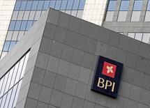 El regulador bursátil portugués, la CMVM, no levantará la suspensión sobre la contratación en las acciones de BPI, hasta que el segundo banco cotizado más grande del país aclare la posición del BCE sobre su exposición en Angola, dijo una fuente con conocimiento de la situación. En la imagen de archivo, el logo de BPI en sus oficinas de Lisboa, el 2 de febrero de 2012. REUTERS/Jose Manuel Ribeiro