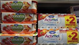 En la imagen, yogures de Danone en un supermercado en Niza, el 14 de marzo de 2016. Danone dijo el martes que el crecimiento de sus ingresos superó las expectativas en el primer trimestre gracias a unas ventas sólidas de alimentos para bebés en Asia, una mayor demanda de productos lácteos en América del Norte y un desempeño mejor que lo esperado en su división de agua. REUTERS/Eric Gaillard