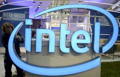 Рабочий устанавливает логотип Intel на ярмарке CeBIT в Ганновере. Intel Corp во вторник сообщила, что сократит до 12.000 сотрудников по всему миру, или 11 процентов штата, в рамках переориентации бизнеса в сторону производства микрочипов, отходя от находящейся в упадке компьютерной индустрии, в создании которой участвовала компания. REUTERS/Nigel Treblin/Files