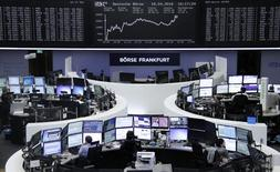 Трейдеры работают на фондовой бирже Фарнкфурта-на-Майне. Европейские фондовые индексы на торгах среды отступили от трехмесячных максимумов предыдущей сессии на фоне падения цен на нефть, однако потери пока носят ограниченный характер благодаря сильной отчетности некоторых компаний, включая британского производителя чипов ARM.   REUTERS/Staff/Remote