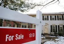 """Un cartel de """"En Venta"""" frente a una cosa en Oakton, en Virginia. 27 de marzo de 2014. Las ventas de casas usadas en Estados Unidos repuntaron más a lo previsto en marzo, lo que sugiere que la recuperación del mercado de la vivienda permaneció intacta, pese a señales de que el crecimiento económico probablemente se estancó en el primer trimestre. REUTERS/Larry Downing"""