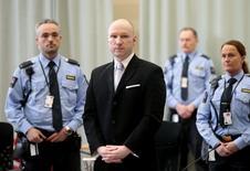 Андерс Брейвик, окруженный охраной, в тюрьме Skien. Норвегия нарушила права Андерса Брейвика, убившего 77 человек, подвергнув его бесчеловечному и унижающему достоинство обращению или наказанию во время отбывания им тюремного срока, постановил норвежский суд в среду.  REUTERS/Lise Asreud/NTB scanpix