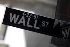Una señalización en la calle Wall Street en Nueva York, ene 20, 2016. Los reguladores financieros de Estados Unidos están exigiendo actualizaciones continuas a los bancos de Wall Street sobre sus planes de contingencia si Reino Unido vota en favor de abandonar la Unión Europea, dijeron fuentes bancarias y reguladoras a Reuters.  REUTERS/Mike Segar