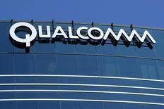 Одно из зданий Qualcomm в Сан-Диего 22 июля 2008 года. Американский производитель микросхем Qualcomm Inc опубликовал прогноз прибыли за третий квартал ниже ожиданий аналитиков, поскольку компания ждет падения поставок чипов, в том числе для смартфонов - ее крупнейшего бизнеса. REUTERS/Mike Blake