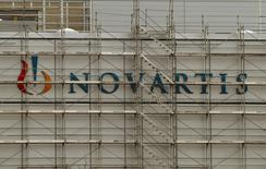 Логотип Novartis на заводе компании в Штайне, Швейцария 27 февраля 2015 года.  Базовая чистая прибыль швейцарского производителя лекарств Novartis в первом квартале упала на 13 процентов из-за потери патентной защиты, проблем подразделения товаров для лечения и восстановления зрения и слабых продаж нового кардиопрепарата. REUTERS/Arnd Wiegmann/Files