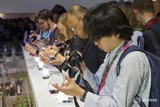 Журналисты фотографируют новый смартфон Sony Z5 на выставке IFA в Берлине 2 сентября 2015 года. Японский производитель электроники Sony Corp на 9,4 процента понизил годовой прогноз прибыли за финансовый год, завершившийся в марте, так как замедление глобальных продаж смартфонов ослабило спрос на модули камер, производимые компанией. REUTERS/Axel Schmidt