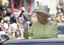 La reina Isabel II de Inglaterra saluda a la multitud durante las celebraciones por su cumpleaños 90, en Windsor, Gran Bretaña. 21 de abril de 2016. Una multitud proveniente de todo Gran Bretaña y otros países se congregó el jueves para celebrar el cumpleaños 90 de la reina Isabel II de Inglaterra, la monarca más anciana del mundo que aún participa en decenas de compromisos anuales y no muestra señales de retirarse. REUTERS/Toby Melville