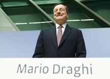 """Le président de la Banque centrale européenne (BCE), Mario Draghi, a rejeté jeudi les critiques allemandes contre la politique monétaire ultra-accommodante de l'institution et assuré une qu'elle utiliserait tous les outils à sa disposition """"aussi longtemps que nécessaire""""./Photo prise le 21 avril 2016/REUTERS/Ralph Orlowski"""