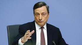 """Марио Драги выступает на пресс-конференции в штаб-квартире ЕЦБ во Франкфурте-на-Майне. Председатель ЕЦБ Марио Драги в четверг проигнорировал критику Германии в адрес чрезвычайно мягкой политики регулятора и пообещал использовать все инструменты в своём арсенале """"так долго, как это потребуется"""".REUTERS/Ralph Orlowski"""