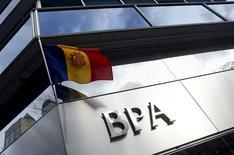 """El gobierno de Andorra anunció el jueves que ha seleccionado la oferta de """"hasta 29 millones de euros"""" que ha hecho la firma de inversión estadounidense J.C. Flowers para adquirir Vall Banc, la entidad compuesta por los activos sanos de la intervenida BPA. Imagen de la bandera de Andorra cerca de una oficina de Banca Privada d'Andorra (BPA) en Andorra la Vella el 29 de marzo de 2015.  REUTERS/Albert Gea"""