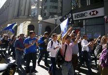 Trabajadores marchan durante una huelga de 48 horas en protesta por el despido de empleados en el sector bancario, en el distrito financiero de Buenos Aires, Argentina. 21 de abril de 2016. La mayoría de los bancos de Argentina permanecerán cerrados este jueves y el viernes al profundizarse una huelga de los trabajadores del sector en protesta por el despido de empleados, demandas de aumentos salariales y la eliminación de cargas impositivas que los afecta. REUTERS/Enrique Marcarian