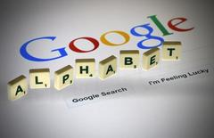 """Alphabet Inc, la matriz de Google, anunció el jueves que incumplió sus objetivos de ingresos y beneficios del primer trimestre, lo que provocó una caída de sus acciones de más del 4 por ciento tras el cierre del mercado. En esta ilustración de archivo, letras con la palabra """"Alphabet"""" sobre una pantalla de ordenador con la página de búsqueda de Google, en París el 11 de agosto de 2015. REUTERS/Pascal Rossignol"""
