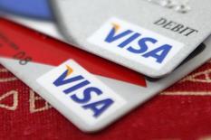 Visa, le leader mondial des cartes de paiement, a réduit jeudi sa prévision de chiffre d'affaires annuel et a amendé son offre sur son ex-filiale Visa Europe pour en augmenter la partie en numéraire. /Photo d'archives/REUTERS/Jason Reed