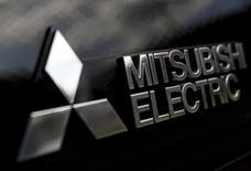 El escándalo por manipulación de pruebas de ahorro de combustible de Mitsubishi Motors Corp se profundizó el viernes, ya que las autoridades de seguridad automovilística en Estados Unidos buscaban información al respecto. En la imagen, el logo de Mitsubishi Electric  en Tokio, el 14 de octubre de  2015.  REUTERS/Yuya Shino