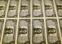 La Reserva Federal de Estados Unidos mantendría los tipos de interés sin cambios en su reunión de política monetaria de la próxima semana, mostró el viernes un sondeo de Reuters, pero los economistas siguen esperando un alza de tipos de interés en junio y otro a fin de año. En la imagen, billetes de un dólar en una imprenta en Washington el 14 de noviembre de 2014. REUTERS/Gary Cameron/Files