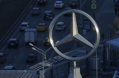 El escándalo en las pruebas de emisiones de Volkswagen se extendió a otros miembros de la industria automovilística el viernes cuando los principales fabricantes alemanes accedieron a revisar 630.000 vehículos para cambiar un software de motores diésel al que se culpa de una alta contaminación.  Imagen del logo de Mercedes-Benz en un edificio en Moscú, Rusia el 5 de abril de 2016. REUTERS/Maxim Shemetov