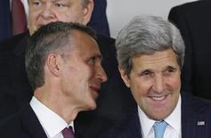 Генсек НАТО Йенс Столтенберг (слева) и госсекретарь США Джон Керри в штаб-квартире альянса в Брюсселе 2 декабря 2014 года. НАТО не спешит с приемом новых членов, так как видит нарастание внутренней слабости России и не хочет обострения ее проблем, сказал в пятницу посол США в Североатлантическом альянсе. REUTERS/Yves Herman