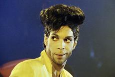 """Imagen de archivo del artista Prince en su gira """"Diamonds and Pearls Tour"""" en Londres, jun 15, 1992. Autoridades en Minnesota tenía previsto realizar una autopsia el viernes al cantante estadounidense Prince, un día después de que el influyente y excéntrico artista fue hallado muerto en su casa a los 57 años.  REUTERS/Dylan Martinez"""