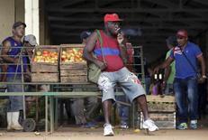 Imagen de archivo de un vendedor de tomates en La Habana, abr 13, 2016. El Gobierno de Cuba bajó los precios de algunos alimentos básicos en las tiendas que venden en divisas y pesos locales, una medida que busca frenar las quejas de los cubanos irritados por la inflación y la desigualdad.  REUTERS/Enrique de la Osa