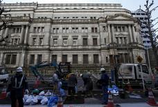 El Banco de Japón en Tokio, mar 15, 2016. El Banco de Japón está considerando la posibilidad de aplicar tasas de interés negativas a su programa de préstamos para las instituciones financieras, reportó Bloomberg el viernes en su sitio de internet.    REUTERS/Toru Hanai