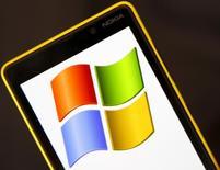 Ilustración fotográfica de un teléfono 820 de Nokia con el logo de Microsoft en su pantalla, sep 3, 2013. Microsoft Corp y Google, una unidad de Alphabet Inc, llegaron a un acuerdo para retirar todas las denuncias por asuntos de regulación que cada uno tiene contra el otro, dijeron las empresas a Reuters.  REUTERS/Dado Ruvic