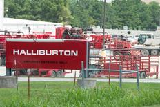 Halliburton Co dijo que eliminó más de 6.000 empleos en el primer trimestre, periodo en el que sus ingresos cayeron un 40,4 por ciento y en el que asumió un cargo de 2.100 millones de dólares, principalmente por los costes de los despidos y amortizaciones en medio de la caída de los precios del crudo. En la imagen, material de Halliburton en unas instalaciones de la empresa en Alvarado, Texas, el 2 de junio de 2015.  REUTERS/Cooper Neil