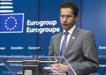 Los ministros de Finanzas de la Unión Europea acordaron el sábado discutir cómo pueden recuperar el control sobre una multitud de normas presupuestarias europeas centrándose fundamentalmente en introducir un límite anual de gasto como la mejor forma de valorar el cumplimiento. En la imagen de archivo, el presidente del Eurogrupo, Jeroen Dijsselbloem, da una rueda de prensa en Bruselas, el 22 de junio de 2015.  REUTERS/Yves Herman